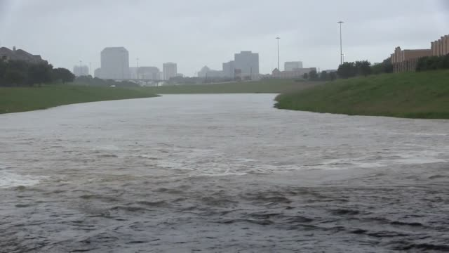 stockvideo's en b-roll-footage met irving tx shots looking both northwest and southwest along hackberry creek nw towards dfw airport alongside 114 aimed at 161 and sw along 114 towards... - macarthur causeway bridge
