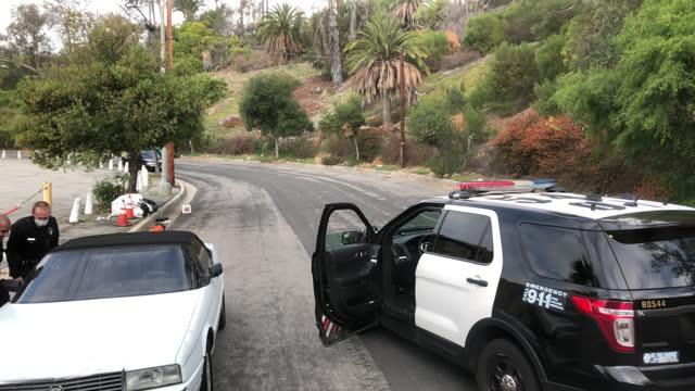 vidéos et rushes de lapd is checking a suspicious car. - examen