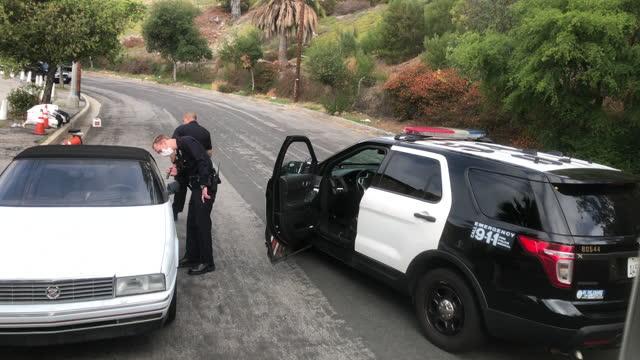 vidéos et rushes de lapd is checking a suspicious car. - exploration