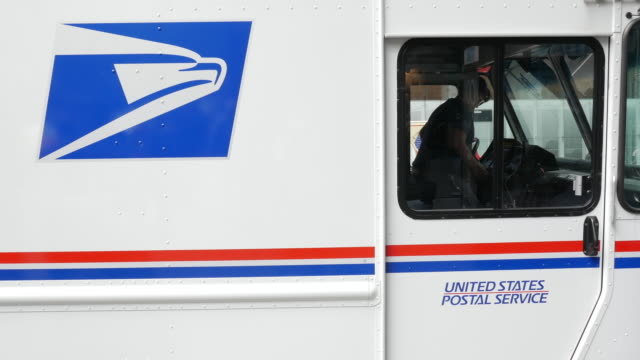 stockvideo's en b-roll-footage met usps is picking up mail - post