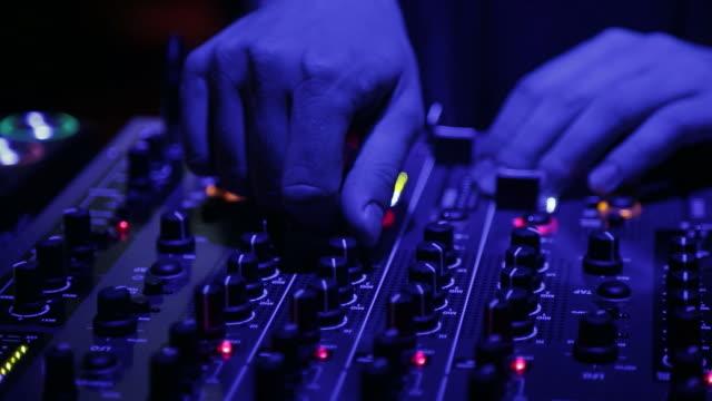 vídeos de stock e filmes b-roll de dj is playing music on a festival - hands close up - hip hop