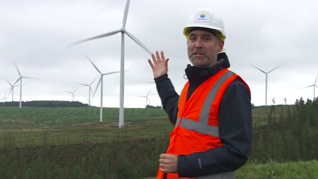 vídeos de stock e filmes b-roll de is the first major economy to commit to zero emissions by 2050; wales: rhondda cynon taff: rhondda valley: pen y cymoedd wind farm: ext reporter to... - major road
