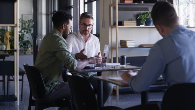 vídeos de stock, filmes e b-roll de existe algo mais eficaz do que o trabalho em equipe? - coworking space