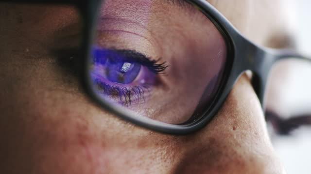 stockvideo's en b-roll-footage met doet uw bril de baan? - netvlies