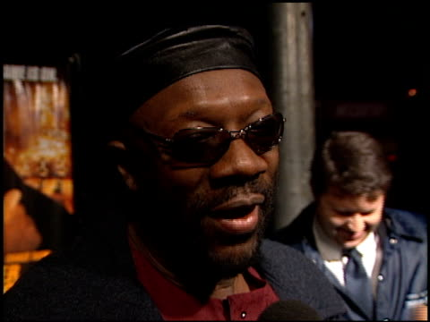 isaac hayes at the 'reindeer games' premiere at the el capitan theatre in hollywood california on february 21 2000 - el capitan kino stock-videos und b-roll-filmmaterial