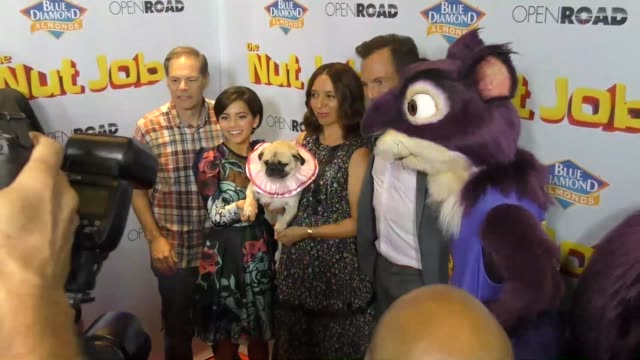 isabela moner, maya rudolph, will arnett, and tom ortenberg at the los angeles premiere of 'the nut job 2 - nutty by nature' at regal cinemas l.a.... - ウィル アーネット点の映像素材/bロール
