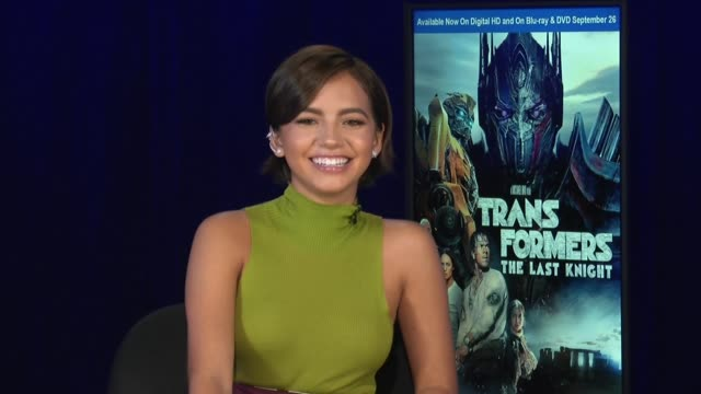 vidéos et rushes de interview isabela moner on the difference between this transformers movie and the others her character working with michael bay mark wahlberg and... - anthony hopkins