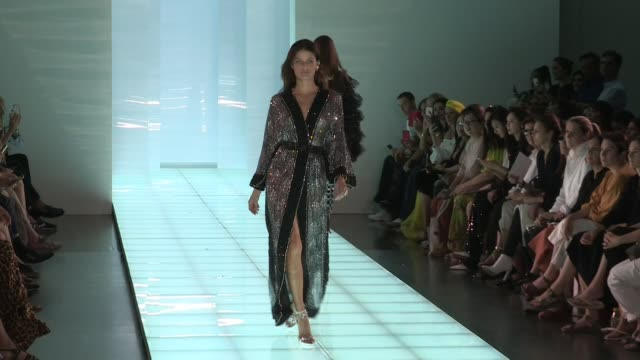 stockvideo's en b-roll-footage met isabeli fontana and models on the runway for the azzaro fall winter 2020 haute couture fashion show in paris paris france on monday july 1 2019 - modeontwerper
