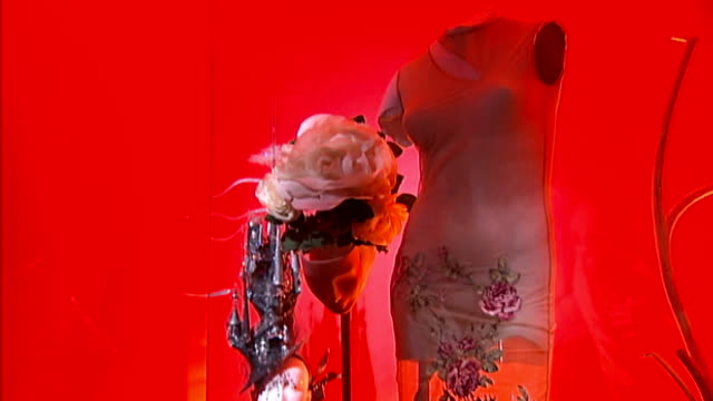 vidéos et rushes de fashion galore!' exhibition at somerset house; more general views of clothes, hats and shoes displayed on mannequins in exhibition 'isabella blow:... - couvre chef