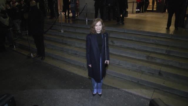 vidéos et rushes de isabelle huppert arrives at the giorgio armani prive haute couture spring summer 2017 show as part of paris fashion week on january 24 2017 in paris... - semaine de la mode