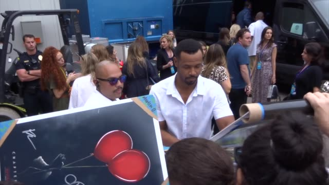 stockvideo's en b-roll-footage met isaiah mustafa signs autographs for fans outside a taping of conan o'brien at comiccon 2019 in san diego on july 17 2019 at celebrity sightings in... - signeren