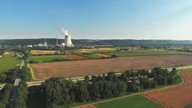 kernkraftwerk isar in niederbayern in der nähe von landshut - atomkraftwerk stock-videos und b-roll-filmmaterial
