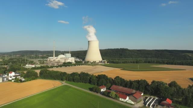 kernkraftwerk isar in niederbayern in der nähe von landshut - kernenergie stock-videos und b-roll-filmmaterial