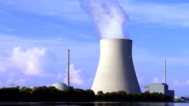 t / l isar kernkraftwerk nahe landshut in bayern - kernenergie stock-videos und b-roll-filmmaterial