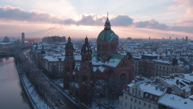 isarkanal, munich, winter, sunset, lukaskirche - baviera video stock e b–roll