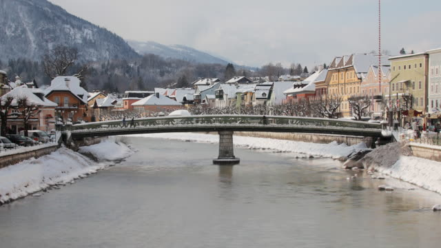 zo ws ischl river with bridge and mountains in snow, bad ischl, austria - austria video stock e b–roll