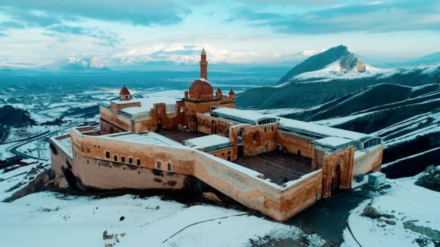 vídeos de stock, filmes e b-roll de palácio de ishak pasha-montanha nevado ararat-tiro do zangão - madressa