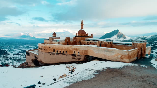 ishak pasha palace - snowy mount ararat - drone shot - turchia video stock e b–roll
