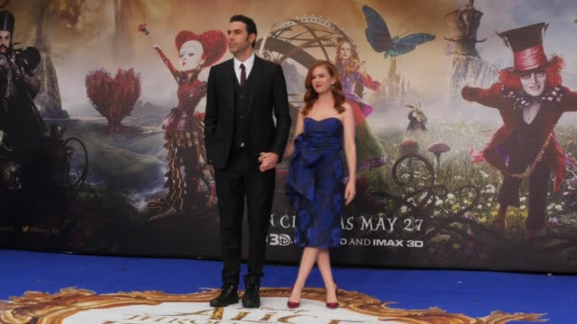 vídeos de stock, filmes e b-roll de isla fisher and sacha baron cohen attend the european premiere of 'alice through the looking glass' at odeon leicester square on may 10 2016 in... - sacha baron cohen