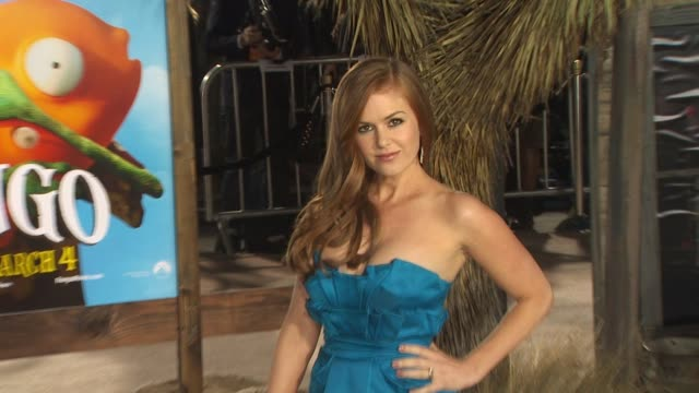 vídeos de stock, filmes e b-roll de isla fisher at the 'rango' premiere at westwood ca - westwood