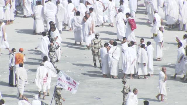 vidéos et rushes de islam pilgrims surge through the city of mecca. - pèlerinage