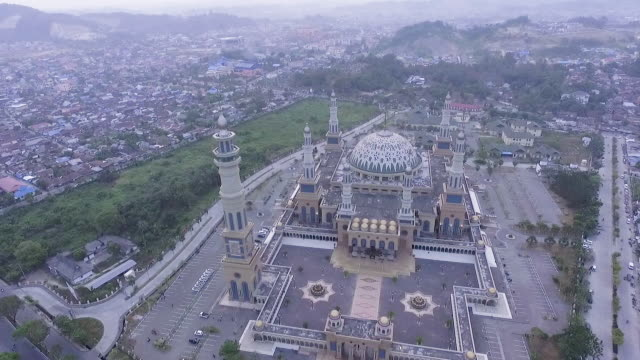 islamic centre mosque samarinda, borneo indonesia. - ボルネオ島点の映像素材/bロール