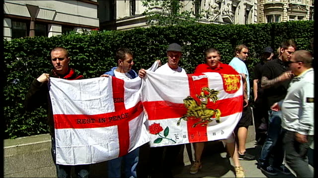 islamic extremists face sentencing for planned attack on edl rally england london old bailey ext various of engish defence league edl supporters... - 彫刻画点の映像素材/bロール