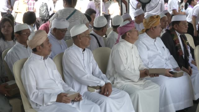islamic imams attend a multi-faith religious ceremony near the erawan shrine after four days after a bomb exploded close to the shrine in the center... - エラワン聖堂点の映像素材/bロール