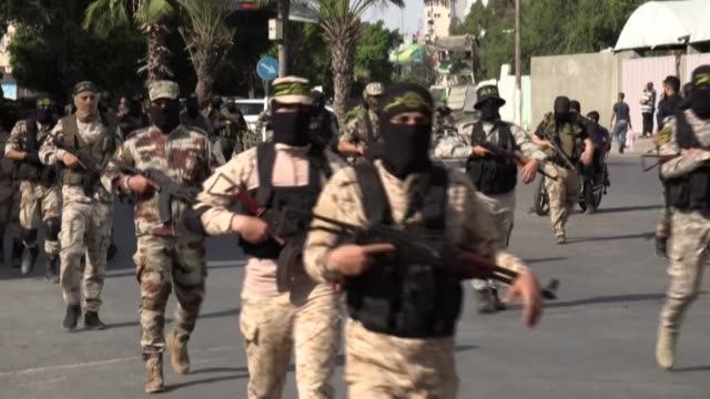 islamic jihad militants parade in the streets of gaza city, a day after the funeral of the movement's former leader ramadan shalah in syria, who died... - militante gruppe stock-videos und b-roll-filmmaterial