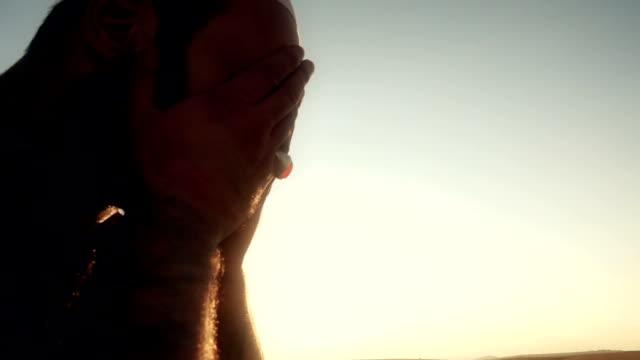 vídeos y material grabado en eventos de stock de hombre islámico orar al aire libre - barba pelo facial