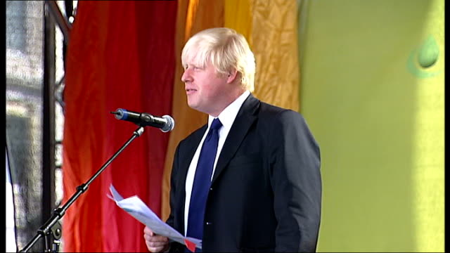 eid ulfitr festival reporter to camera boris johnson speaking from stage crowds gathered in trafalgar square nelson's column boris johnson speech sot... - eid ul fitr stock videos & royalty-free footage