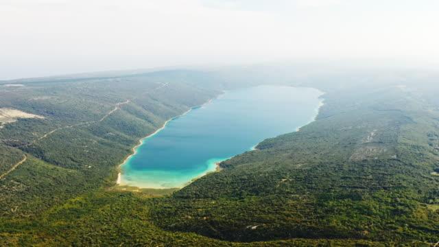 vídeos de stock, filmes e b-roll de reservatório de água da ilha aerial - lago vrana - cres croácia