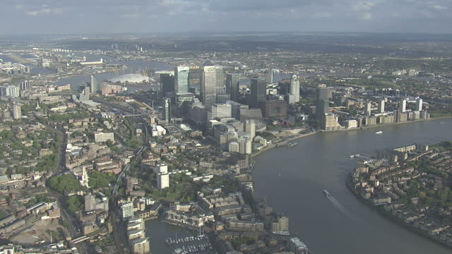 aerial ws isle of dogs & canary wharf - wide stock-videos und b-roll-filmmaterial