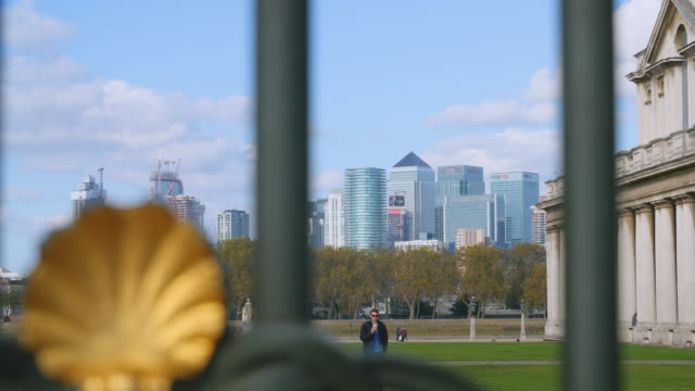 isle of dogs seen through the gated entrance of the old royal naval college - rack focus stock videos & royalty-free footage