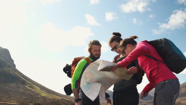 vidéos et rushes de isle of skye sgurr - trois personnes