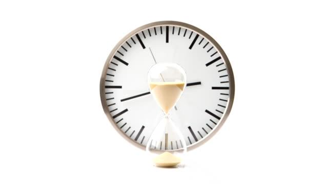 TIMELAPSE: Isolierte Das Sanduhr und Uhr