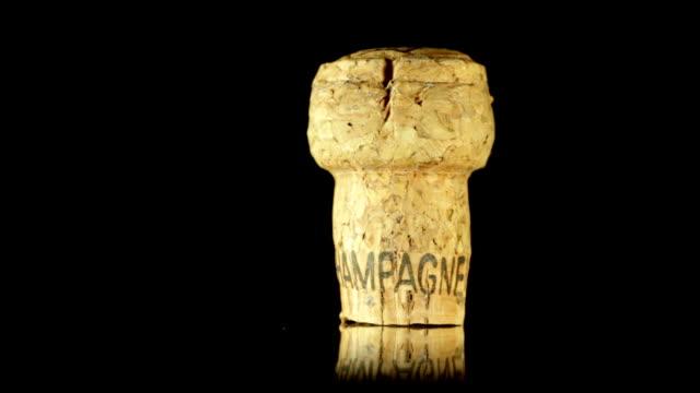isolierte sie champagner cork. hd - sektkorken stock-videos und b-roll-filmmaterial