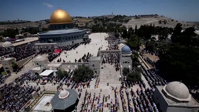 israel anuncio la autorizacion a 300 palestinos de la franja de gaza para acceder a jerusalen el viernes para la gran oracion semanal musulmana una... - entrada stock videos and b-roll footage