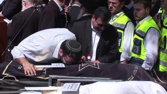 israel enterro este miercoles en una ceremonia cargada de dolor a las cuatro victimas de la matanza del lunes en la entrada de una escuela judia en... - entrada stock videos and b-roll footage