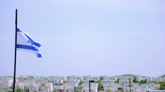 vidéos et rushes de drapeau israël agitant en l'air - israël
