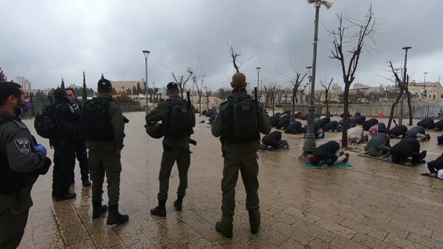 vídeos de stock, filmes e b-roll de israel police set up blockades around the old city of jerusalem on friday morning and began limiting the entrance of worshipers wishing to pray at... - estado de emergência