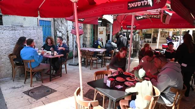 israel volvió casi a la normalidad el domingo, a falta de 15 días para las elecciones, gracias a las nuevas medidas para salir del confinamiento que... - restaurante stock videos & royalty-free footage