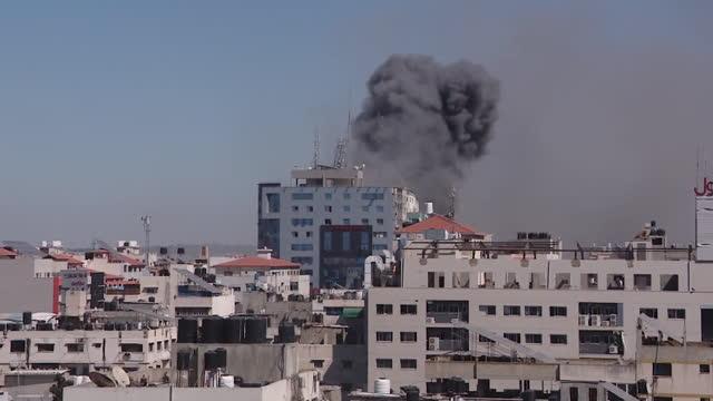 israeli air strike on al-jalaa tower in gaza, building contains international media companies, as israel palestinian conflict increases - ガザ市点の映像素材/bロール