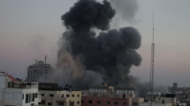 stockvideo's en b-roll-footage met israeli airstrike in gaza city, palestine, on may 16, 2021. - israël