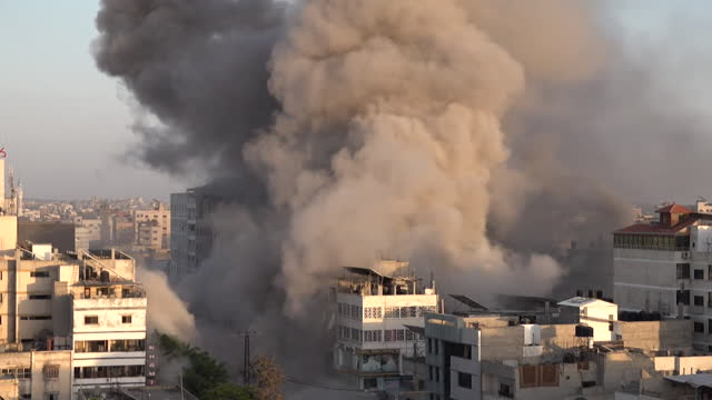 israeli airstrike on gaza, al-shorouq tower building collapses, as tensions between israel and palestine grow - striscia di gaza video stock e b–roll