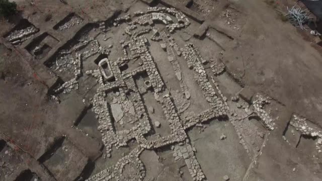 vídeos de stock e filmes b-roll de israeli archaeologists work on the remains of a 5000yearold city known as en esur they say was among the biggest from its era in the region including... - israel