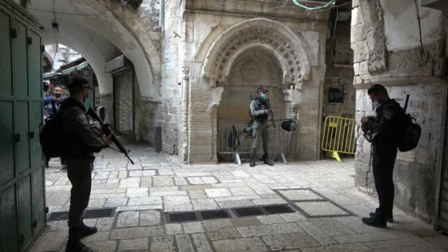israeli border police wearing protective mask stand guard in the old city, amid new lock-down imposed due a spike in coronavirus infections on... - jerusalem stock videos & royalty-free footage