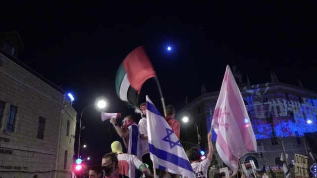 israeli demonstrators wave a large flag of the united arab emirates and the israeli flag during a mass demonstration attended by over 25000 people as... - israel bildbanksvideor och videomaterial från bakom kulisserna