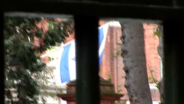 vídeos y material grabado en eventos de stock de london ext gated entrance to israeli embassy / israeli flag on building seen through gate railings / policeman at gate checkpoint / policeman... - cámara movida