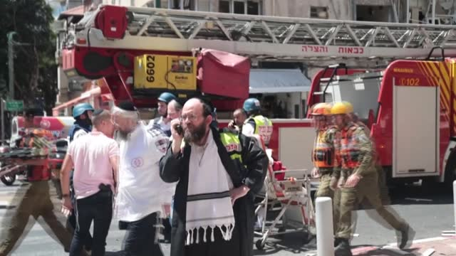 stockvideo's en b-roll-footage met israeli emergency services and firefighters rush at the scene of a rocket explosion that hit the city of ramat gan near the coastal city of tel aviv,... - israël